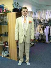 barva kravaty se mě vůbec nelíbí, ale jinou nemají :o(
