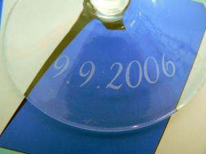 vypískované datum na nožce skleničky
