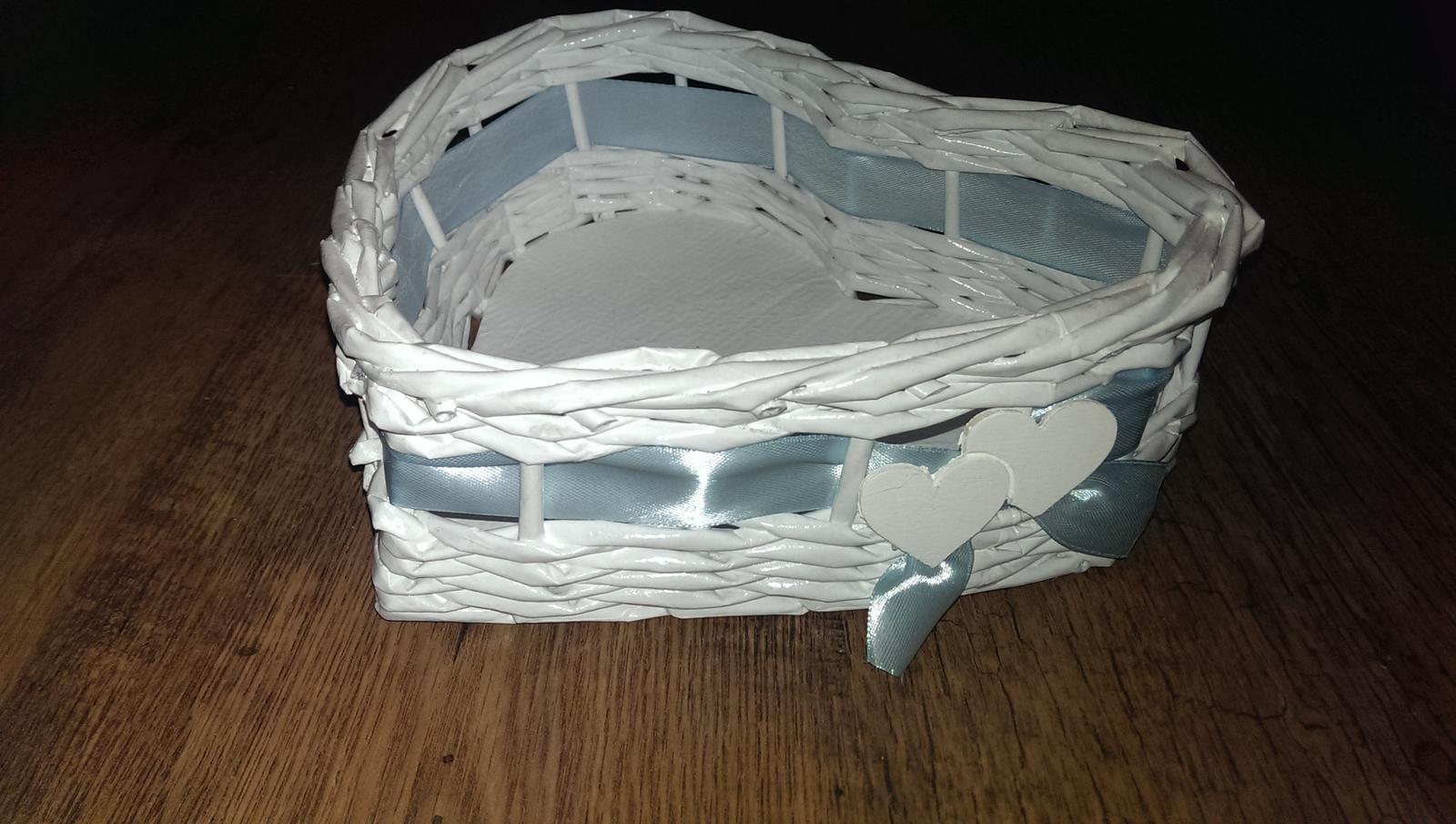 biely košík s modrou stužkou - Obrázok č. 1