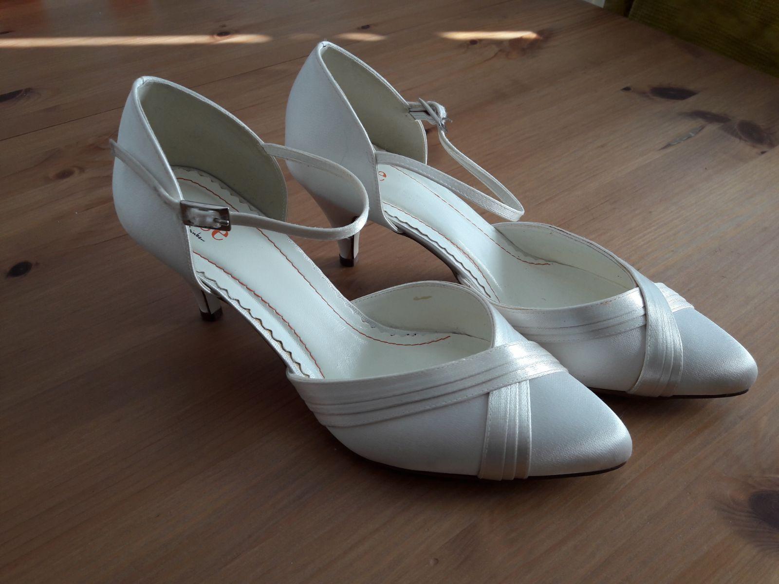 biele svadobne topanky - Obrázok č. 1