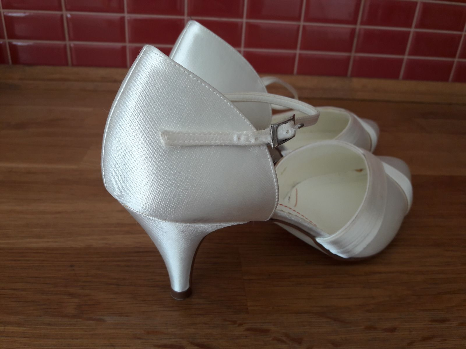 biele svadobne topanky - Obrázok č. 3