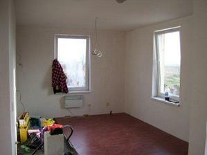 Kuchyňa - čerstvo vymaľovaný strop a položená podlaha - voľné miesto je na kachličky pod linku