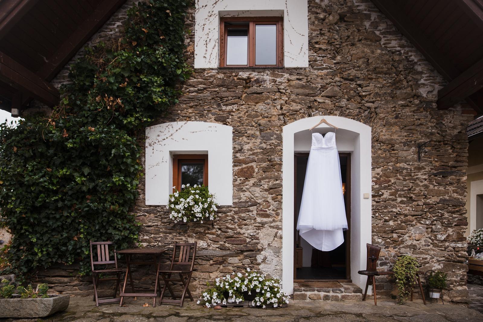 Svatební šaty na míru od Zuzany Lešák Černé - Obrázek č. 1