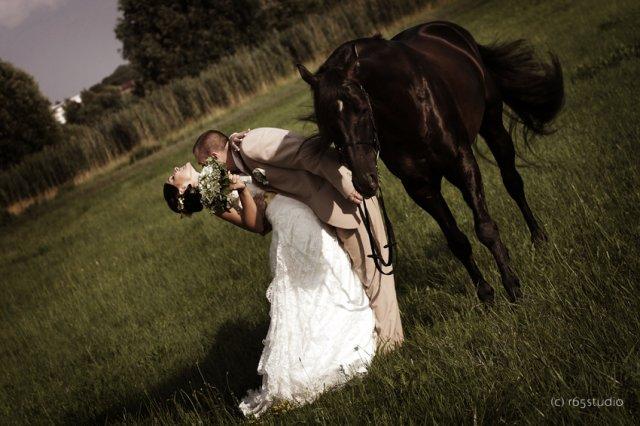 Velmi sa mi pacia svadobne fotky s konom. :)
