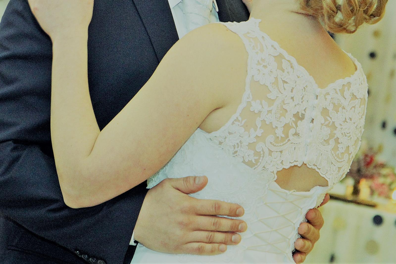 Svadobné šaty so spodničkou a šálom - Obrázok č. 2