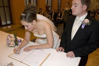 a první podpis, pod dozorem (novo)manžela :)