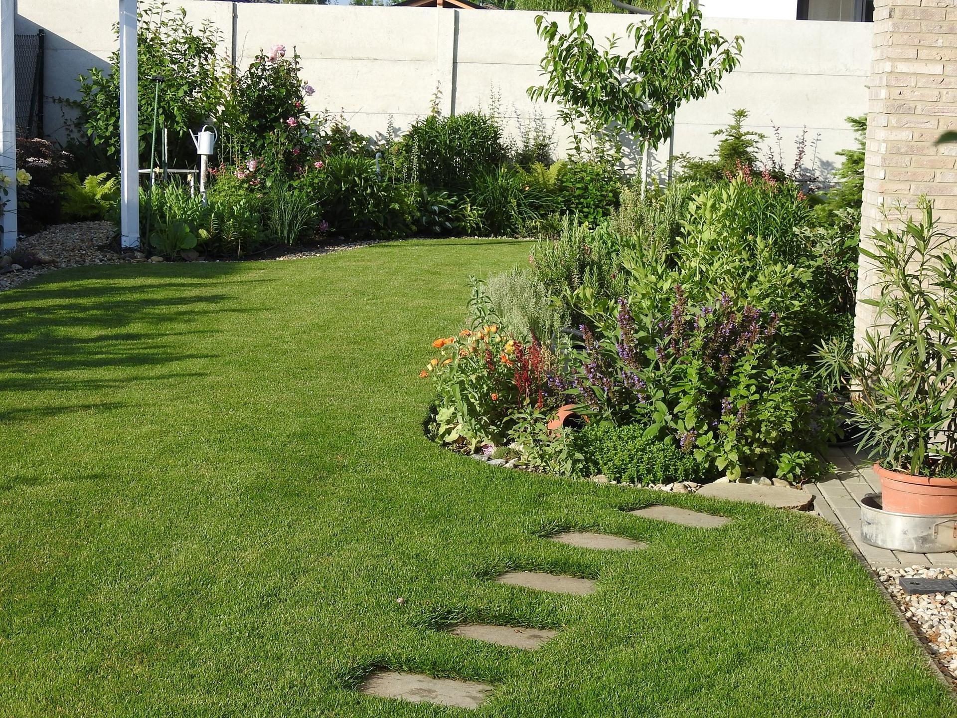 Návrh aj realizácia záhrady v mojom ponímaní - Bylinkový záhon v popredí , teraz v júni už poriadne zahustený, je na čase ho skrotiť :-)