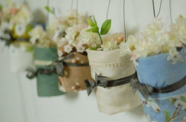 V jednoduchosti je krasa* - prekrasne visiace vazy, obalene platenymi vreckovkami (v mojom pripade stuzkami...) no nadhera!