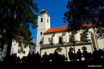 napravo kostol, nalavo nase venue (kde ubytujeme nasich hosti a bude zabava az do rana bieleho)