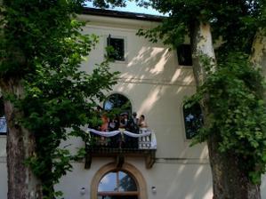 balkon medzi platanmi
