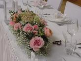 Svatební tabule v bílé barvě s růžovými doplňky