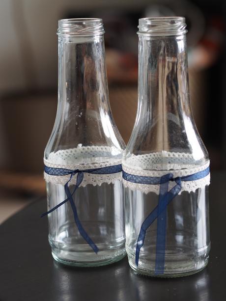 Sklenice na květiny s modro bílou krajkou - Obrázek č. 1