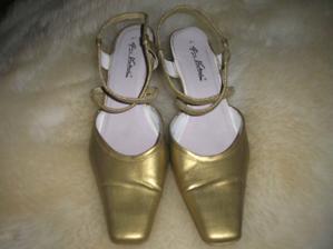 Moje botičky, jsou staré a původně byli bílé, ale budu mít šampáňové šaty tak jsem si je natřela na zlato!