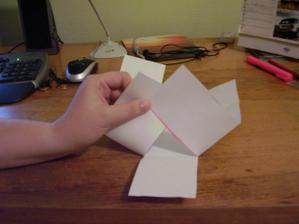 5) Přehněte dle obrázku dva boční obdélníčky