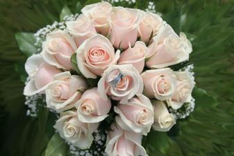 ...niečo takéto...len samozrejme biele ruže :-)