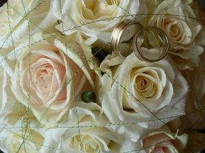 svadobná kytica a naše obrúčky