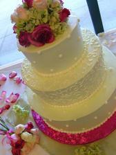 Tato torta so zivymi kvetmi...