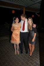 s bratránkem a sestřenkou v krátkých šatech