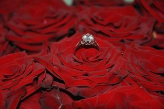 Môj snubný prstienok s kyticou ruží, ktorých bolo presne 25 (zásnuby boli deň po mojich 25. narodeninách)