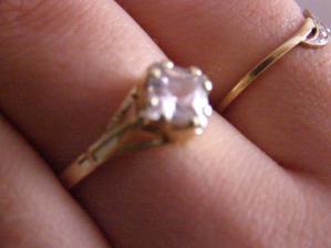 môj krásny zásnubný prstienok :)))