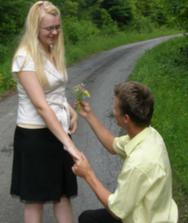 požiadanie o ruku s krásnou kytičkou z poľných kvetov, na ktorej bol aj snubný prstienok :)