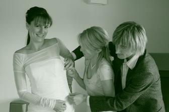 Fotograf a Péťa mi pomáhají zapnout šaty