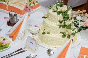 svatební tabule s hlavním dortem