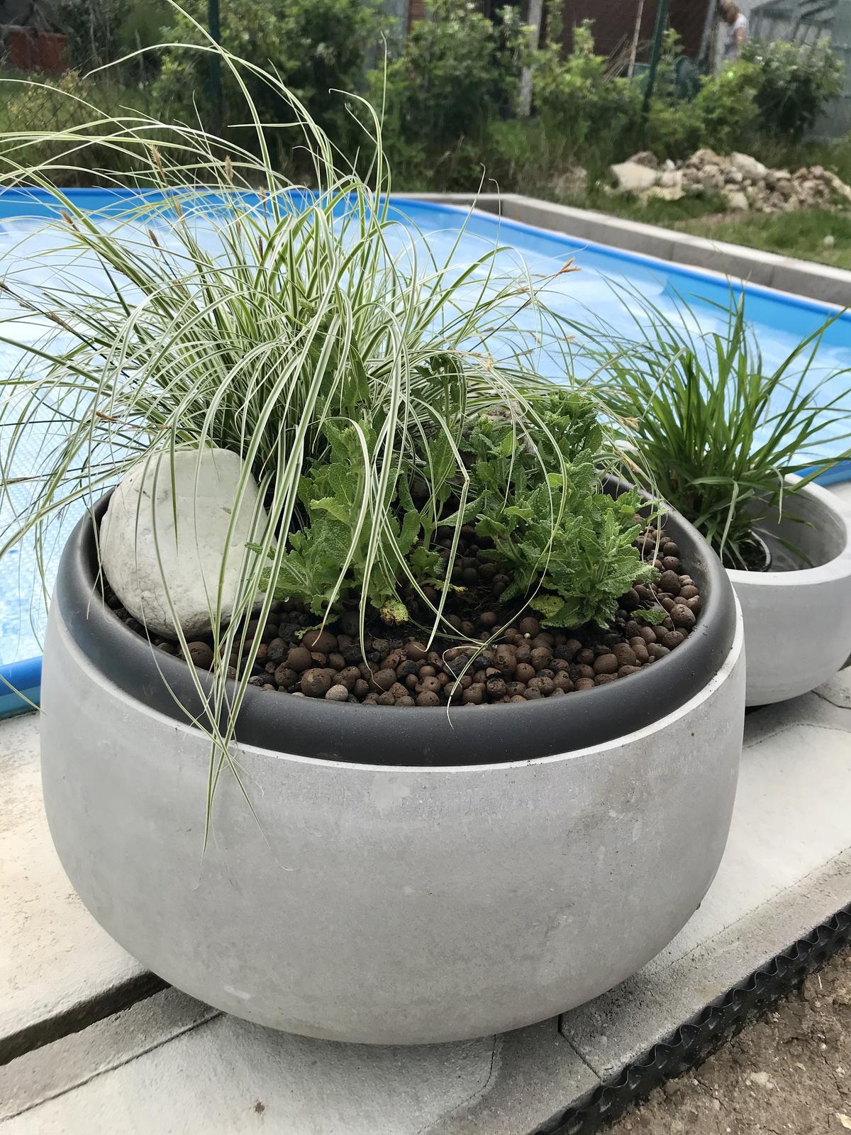 Naše nové DOMA❤️... jak budujeme v roce 2020 - Bazen není hotovy, o terase a pergole ani nemluvím, ale ja mám osazene květináče, které není kam poradně dát :-))