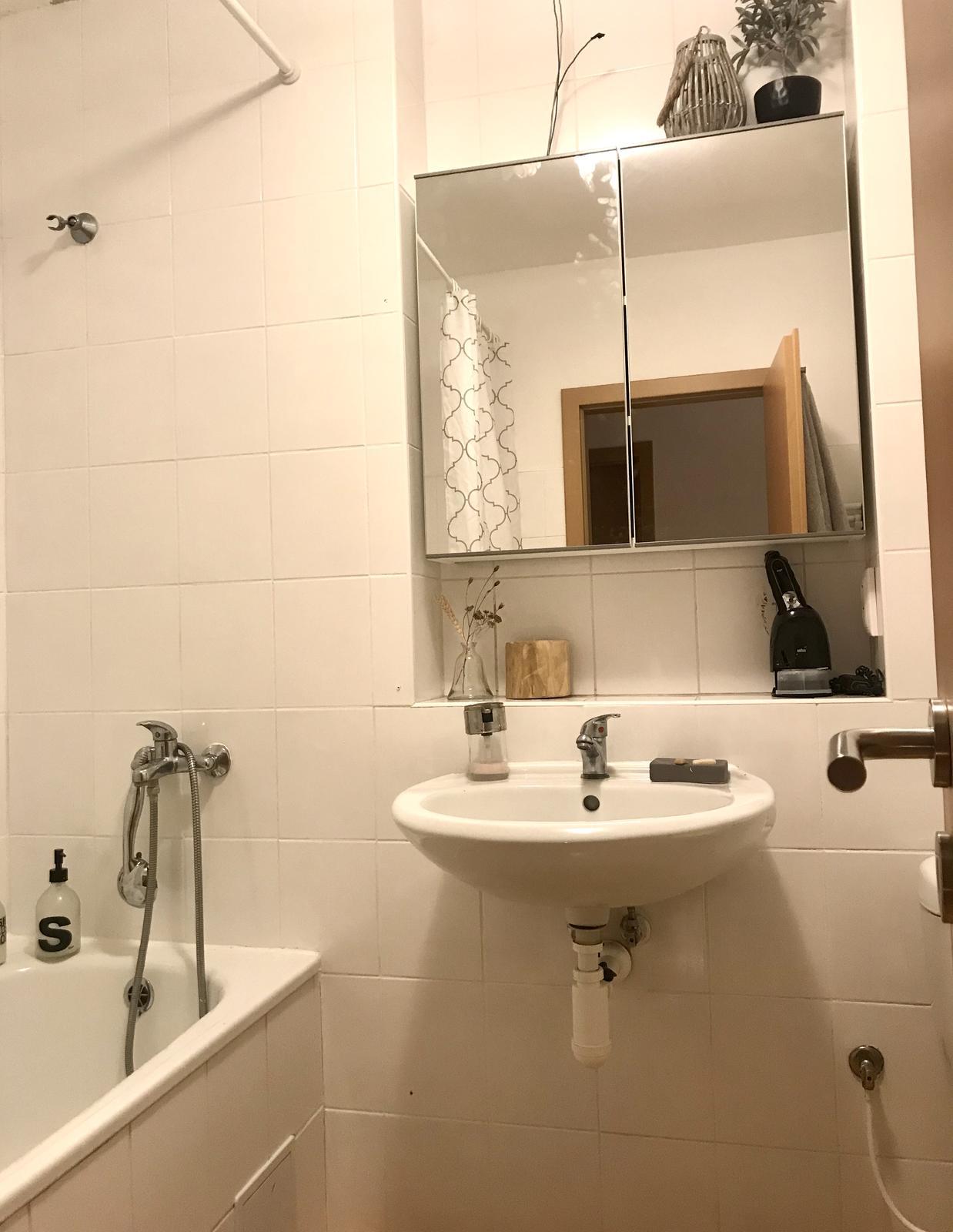 Z příšerné koupelny tvořím trochu lepší 💪 - Nahradila ji tahle super... nahoře trčí dráty a co?? Ja už dávám doplňky :-)).. nad skříňku budem ještě montovat světlo s místo umyvadla přijde nova umyvadlova skříňka 80 cm. Zrcadlova skříňka je ikea 80 x 75 cm