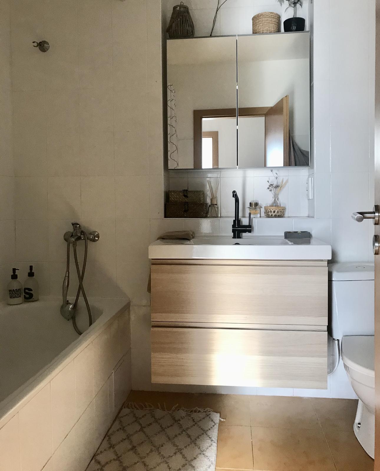 Z příšerné koupelny tvořím trochu lepší 💪 - Tak ještě světlo, podlaha Černá sprcha a Nějaké dřevěné háčky a doplňky a jsem ready 🤩