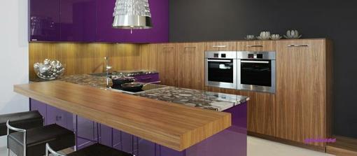 Hanak Špičkový design kuchyne Line (oboustranný fialový lak – vysoký lesk / dýha americký orech – mat).Designová digestor / osvetlenie pracovnej plochy integrované v horných skrinkách.