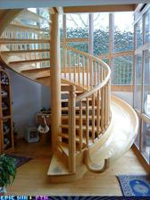 ked vy pojdete po schodoch vase dieta sa moze zabavat na smykacke ale pre vacsiu bezpecnost by som urobila smykacku hlbsiu :)