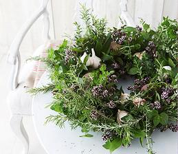 Pre svieži veniec môžete použiť čerstvý rozmarín, mätu piepornú, tymián a oregano. Byliny zoskupuje do malých zhlukov a viažte ich k slamenému vencu. Ako dekoráciu pridajte cesnak, korenie alebo hľuzy zázvora.