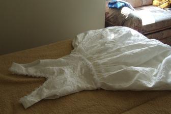 Moje rásné ručně ušité šaty. Našito 2675 perliček a 850 kytiček
