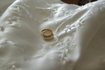 detail šatů a prstýnky s vyrytým datem