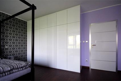 Ložnice - Podobně skříň v ložnici: bílá lesklá, úzké dveře, tip-on otvírání