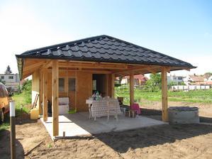 keď bolo viacej času, postavil muž takýto domček s altánkom