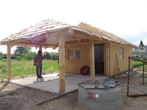 tu ešte bez škridle, no máme tam dovedenú vodu, odpad aj elektrinu