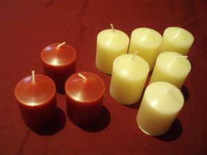 Sviečky do bordových aj bielych svietnikov