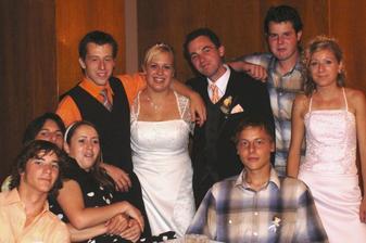 S bratom Maťom vedľa mňa a bratrancami a sesternicami.