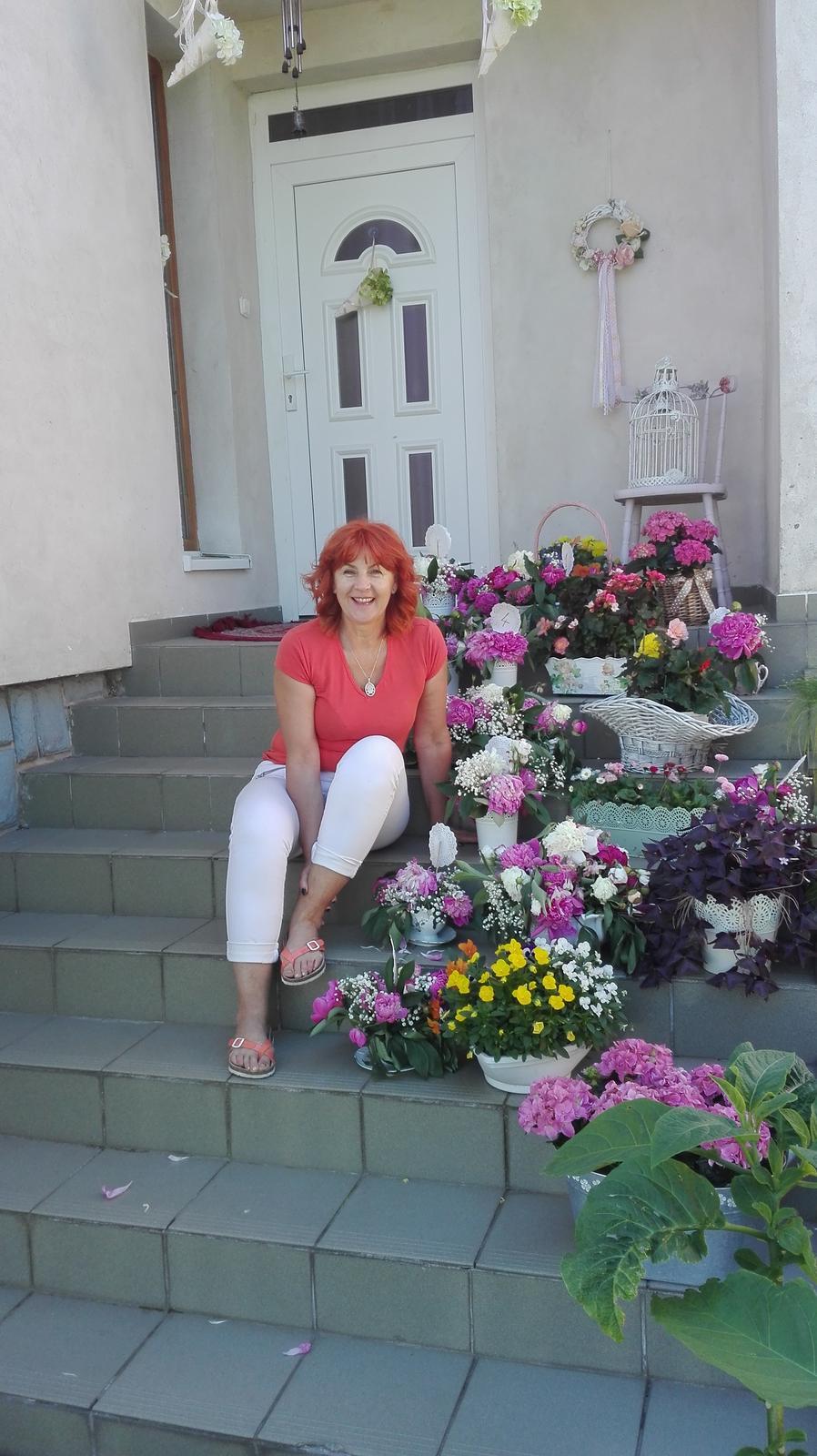 Moja handmade vyzdoba - Moja mamina, ktora mi v pomahala aranzovat kvety:) po svadbe s kvetkami z vyzdoby, ktore robili radost este par dni po svadbe na schodoch do domu:)