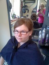 Budu bez brýli a v pozadí moje úžasná kadeřnice. :-)