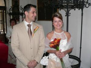ženich a nevěsta před obřadní síní