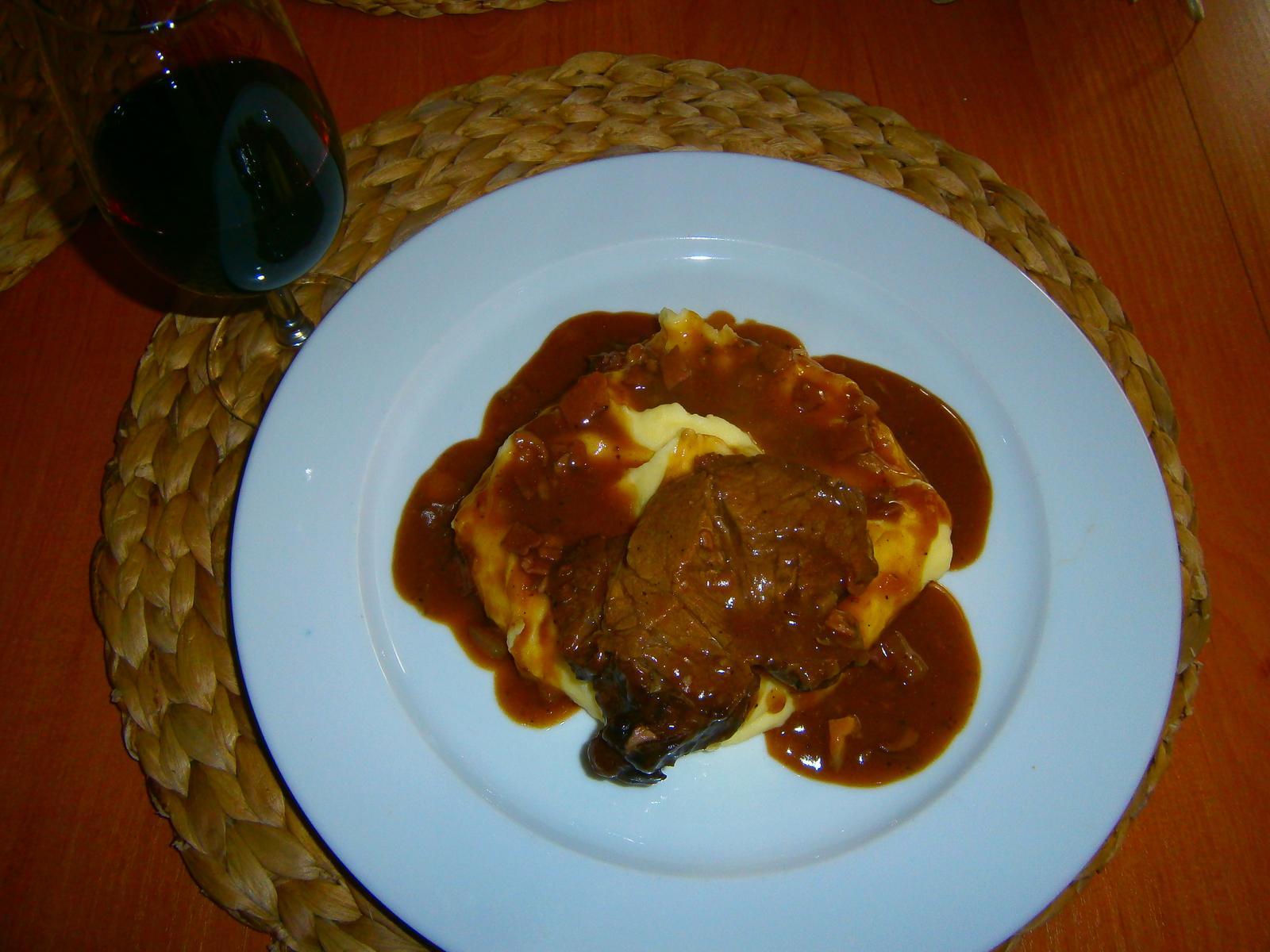 Hokus pokus v kuchyni - hovězí krk na červeném víně s kaší, recept z alberta :-)