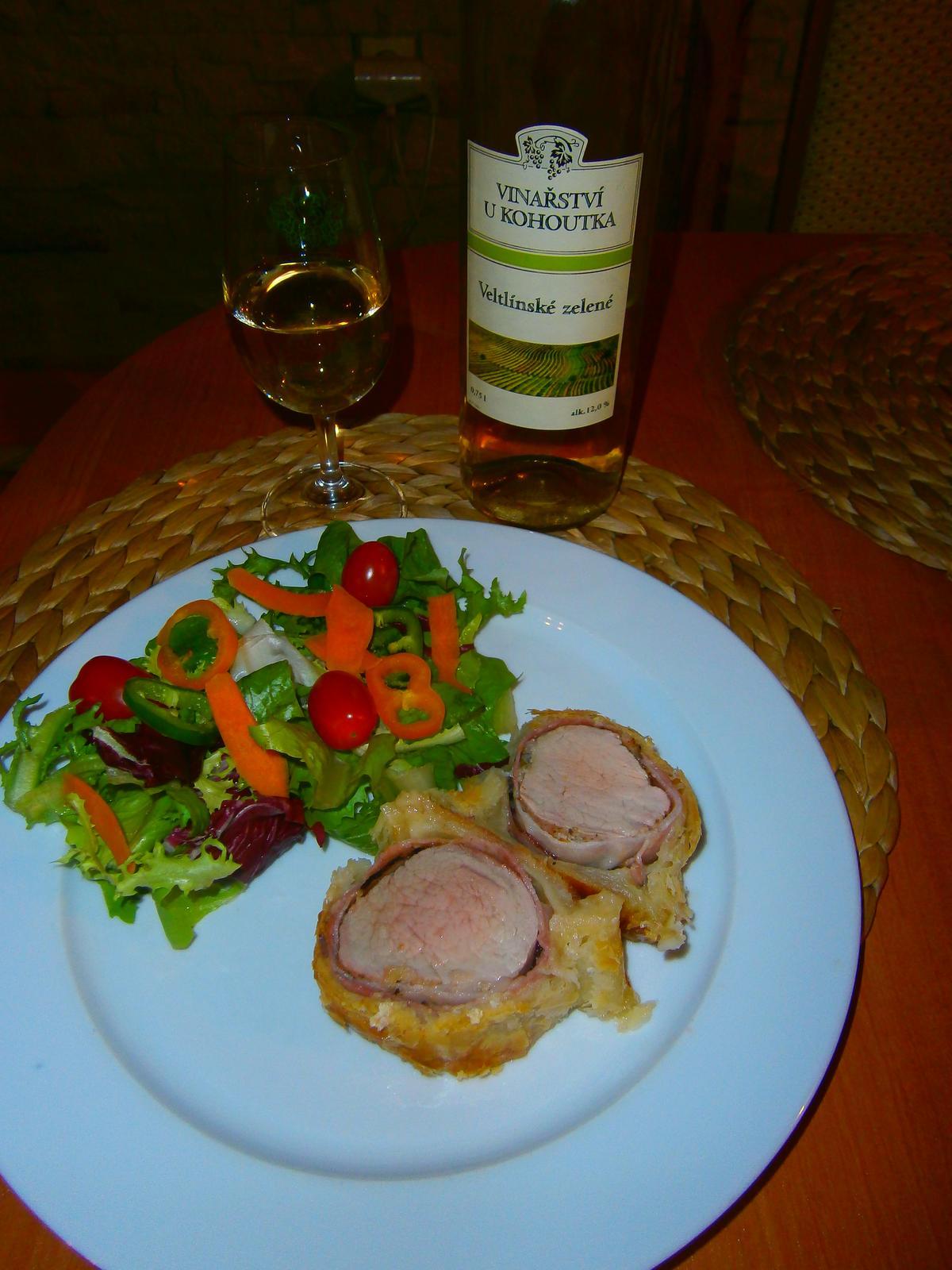 Hokus pokus v kuchyni - vepřová panenka wellington s vínem z vinařství od Kohoutka :-)