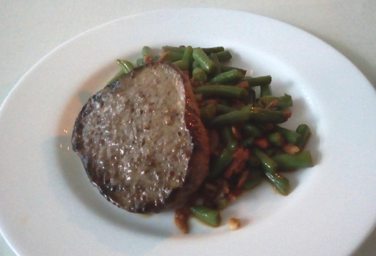 Hokus pokus v kuchyni - Hovězí steak z falešné svíčkové a fazolové lusky na slanině s česnekem .... aneb jak rozmazlit chlapa snadno a rychle :-)