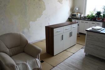 začali sme vypratávať izbu.. stena oproti bola obúchaná pár dni dopredu..