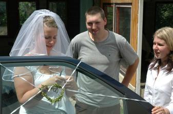 ...holky vzadu - za asistence ženicha :-)