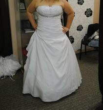 Týden před svatbou jsem změnila šaty...porovnejte sami,které mi víc sedí:-)