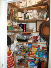 Spíž - měla jsem tu nádobí a jídlo.
